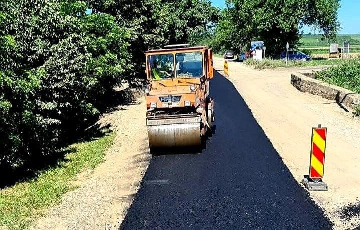 Drumarii profită de vremea prielnică; ce lucrări s-au făcut, astăzi, în zona Pâncota-Măderat (FOTO)