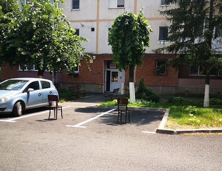 """Cum își """"rezervă"""" arădenii locurile de parcare aflate pe domeniul public și neînchiriate încă"""